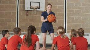 leraar L.O. met basketbal