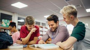 Leraar helpt leerlingen in de klas