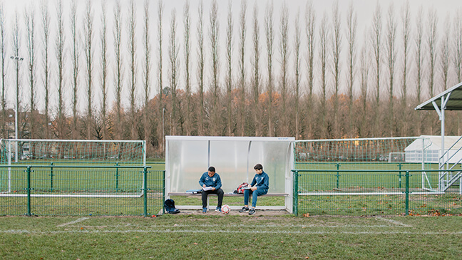 2 jongens op voetbalveld