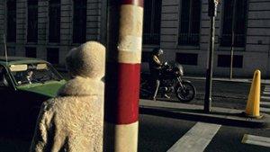 straatbeeld van achter een paal