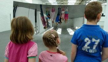kinderen in spiegelzaal van het museum