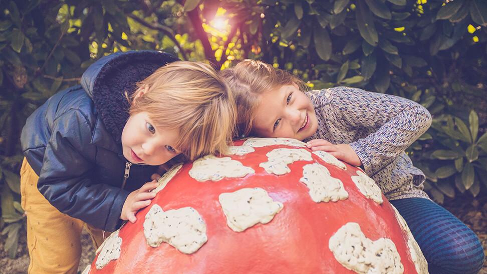 2 kindjes bij een paddestoel in efteling