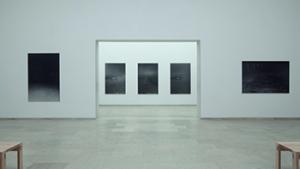 zwart-wit foto's van Dirk Braeckman in tentoonstellingszaal
