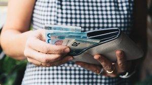 vrouw neemt geld uit haar portefeuille