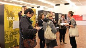 leraren tijdens een tentoonstelling
