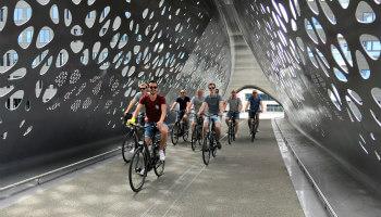 fietsers op een brug