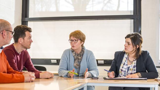 Maximumfactuur: directeur Lieve Leenders in overleg met team financiën van Atheneum Alicebourg in Lanaken