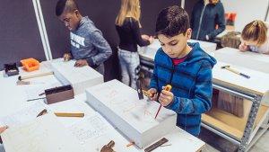 leerlingen beeldhouwen in cellenbeton in de STEM-tempel