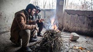 2 mannen bij een zelfgemaakt vuur
