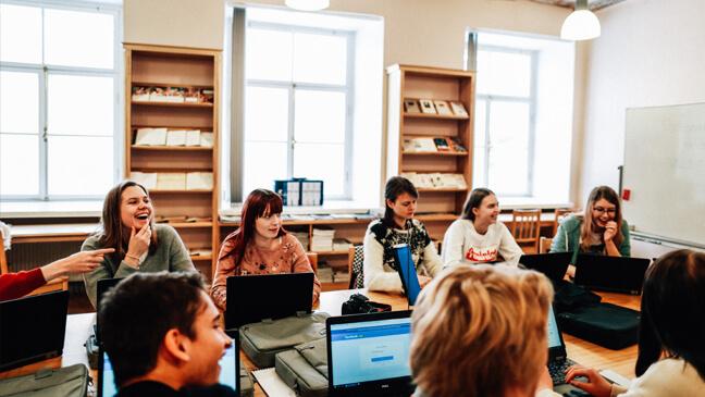 Estland: groep Vlaamse en Estse leerlingen met laptops