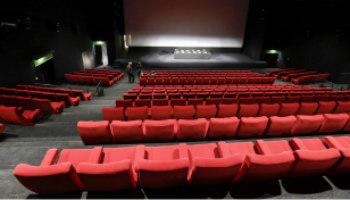bioscoopzaal met rode zetels