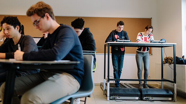 2 leerlingen op loopband tijdens de les