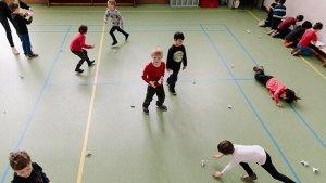 leerlingen tijdens bewegingstussendoortjes