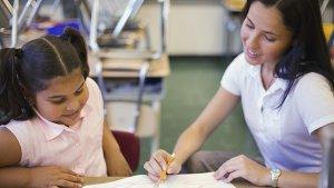 nieuw decreet leerlingenbegeleiding: leraar helpt leerling in de klas