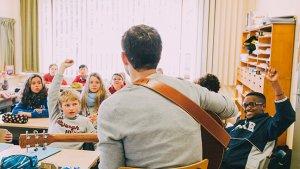 Ruben Luyten speelt muziek in de klas