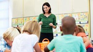 jonge leraar in de les