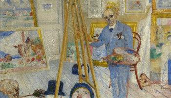 schilder schildert een schilderij in zijn atelier