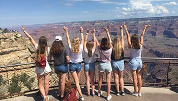groep meisjes poseert voor een mooi uitzicht