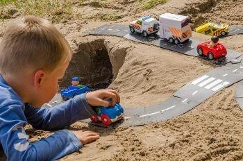 kind spelend in het zand