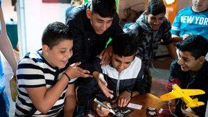 leerlingen spelen het spel 'Vlucht uit Miyake'
