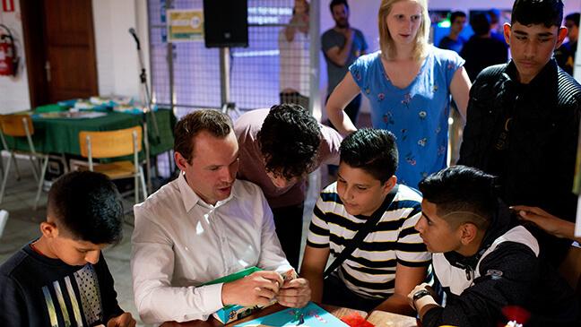 Luuk Jansen aan het 'leren leren' met enkele leerlingen