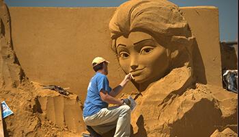 Man werkt aan zandsculptuur