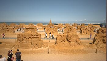 verschillende zandsculpturen op 'disney sand magic'