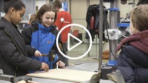 leerlingen aan het werk aan hun 'droommachine'