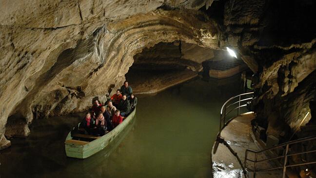 bootje in de grotten van remouchamps