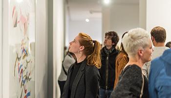 vrouw kijkt naar werk van Raoul De Keyser