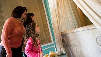 bezoekers in het kasteel van Seneffe