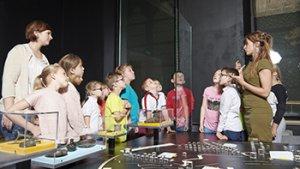 kindjes in het Yper museum luisteren naar gids
