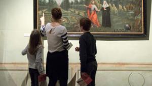 bezoekers kijken naar schilderij in het museum 'parcum'