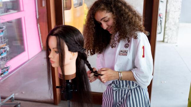 Beroepenhuis Gent: Meisje in de weer tijdens het atelier 'kapper en schoonheidsspecialist'