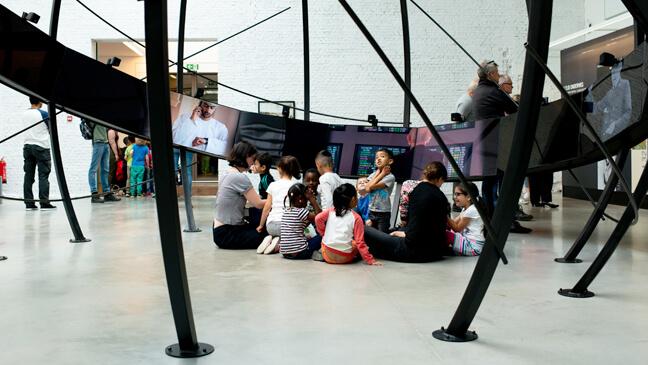 Red Starline Antwerpen: Kleuters zitten in een groepje op de grond