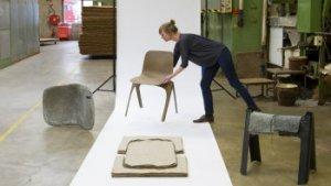 vrouw zet stoel klaar in museumopstelling