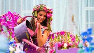 meisje geeft bloemen water op fleuramour