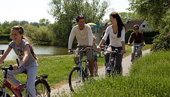 Gezin aan het fietsen