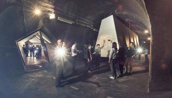 kinderen krijgen rondleiding in ondergrondse tunnel van de koolmijn