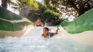 kinderen in stroom van waterpretpark