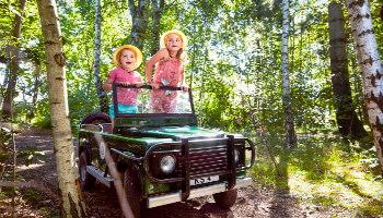 Twee meisjes in safari speelauto centreparcs