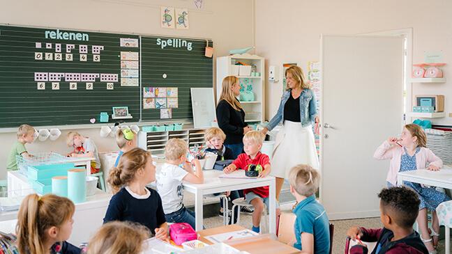 directeur Rebekka Buyse in de klas