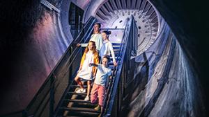 gezin tijdens rondleiding in ondergrondse tunnel van de koolmijn
