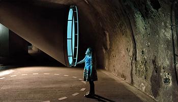 Meisje tijdens rondleiding in ondergrondse tunnel van de koolmijn
