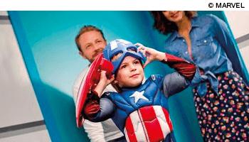 Jongen in Marvel kostuum