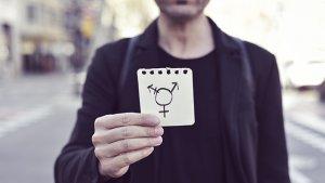 jongen man houd transgender symbool vast