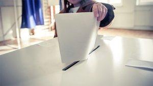 hand met een stembiljet