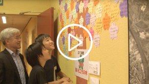 Leraar en leerlingen kijken naar muur met complimenten