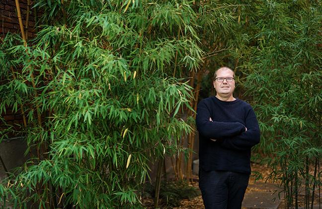 Architect Dimitri Minten staat in het groen.