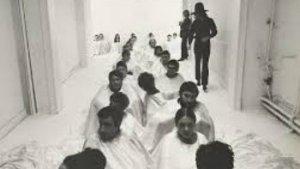 rij van mensen in witte gewaden